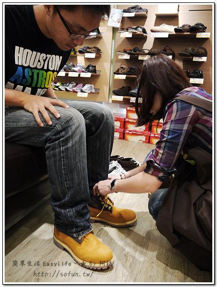 這雙 Timberland 反摺靴有兩種穿法,剛剛看到的是第一 ...